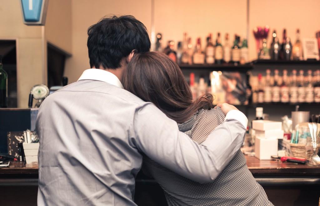 男子酒吧遇正妹「邀請共度一晚」,拒絕後「秒收女友訊息」真相比遇女鬼更可怕