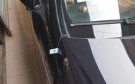 下樓牽車卻看到「車門被塞1張千元鈔」,詭譎「對齊塞車門縫」讓她剛過完年就被觸霉頭!