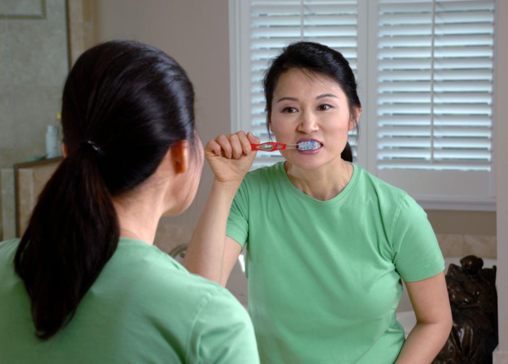 擠牙膏前牙刷應該要先沖水嗎?牙醫:確實有正確方法才不會傷到牙齒