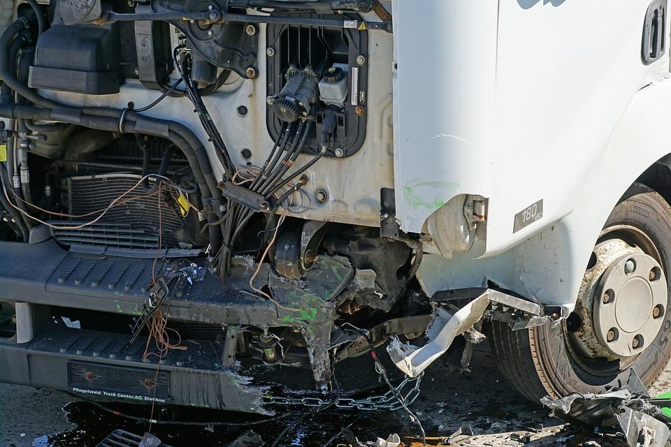 無照駕駛在「國道上倒車」害2死,乘客向追撞司機求償被法官用「0.94秒證據」打臉!