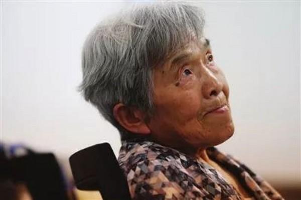 81歲學霸奶奶圓夢「拿大學畢業證書」 會「5種語言+PS修圖」...筆記本根本是傳說級別!