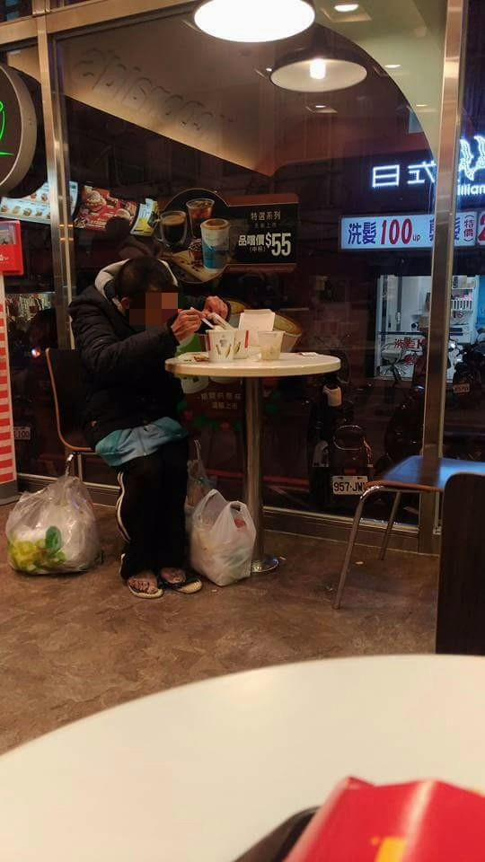 街友老伯「麥當勞撿剩菜」,超帥海軍少尉送上熱濃湯!網友:心都噴汗了!