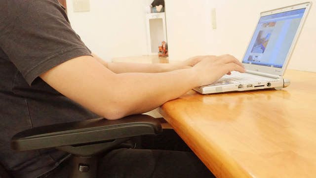 日網友瘋傳「辦公椅扶手的正確用法」 調整「關鍵高度」加班到天亮也OK!