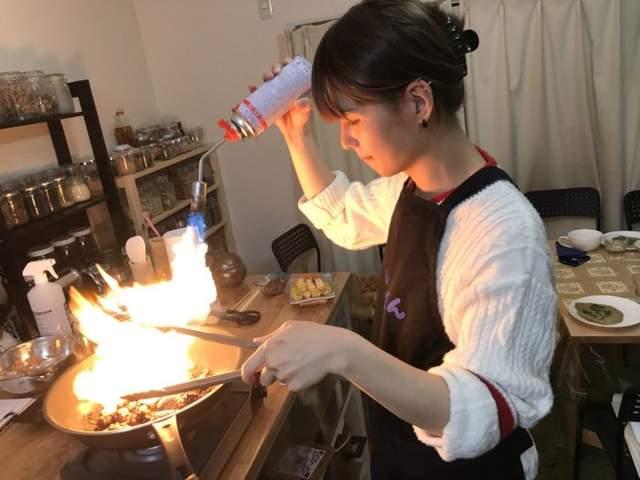 韓國料理研究家美到讓人忌妒「WTF別鬧」!一開口嚇壞人竟是「人夫」...下面凸凸的才知道帶「槍」der!