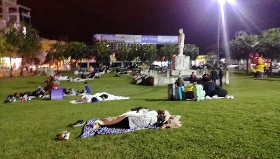 花蓮連環震「市民不敢回家」再冷只敢睡廣場,暖心業者「提供百間免費房間」早餐任吃