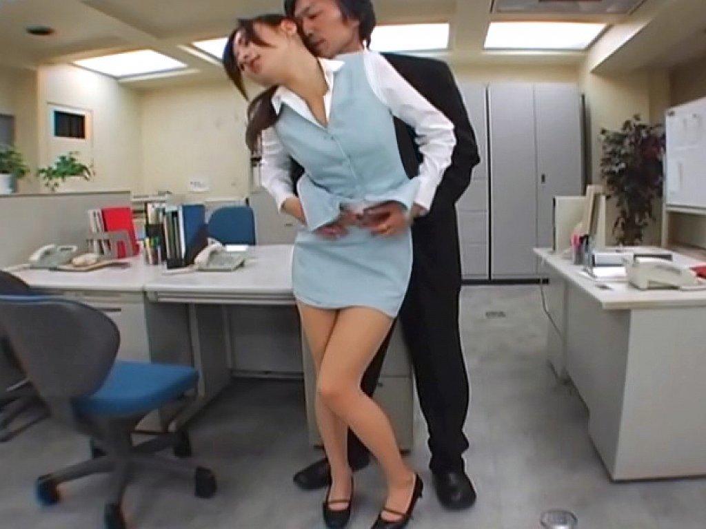 пристал к секретарше