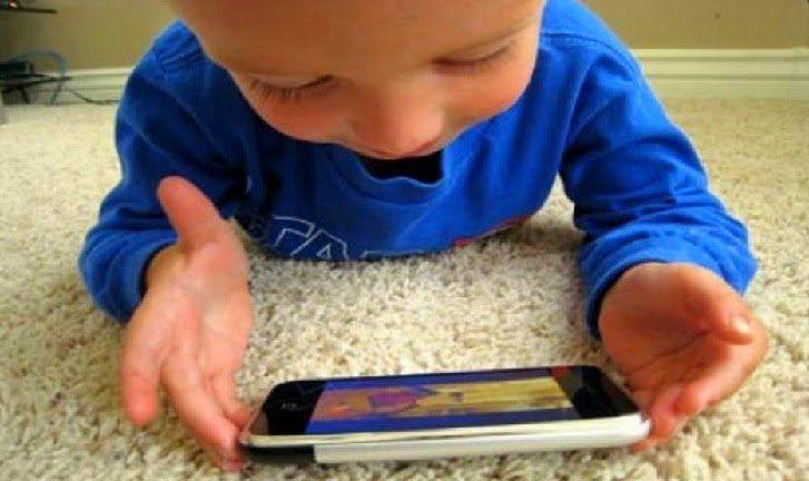 不要因為懶一直給小孩滑手機「視力問題才不是最嚴重的」!專家:螢幕成癮會損害小孩大腦…