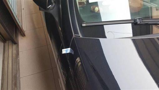下樓牽車驚見「車門被夾1張千元鈔」,詭譎「對齊車門夾好夾滿」讓她剛過完年就被觸霉頭!