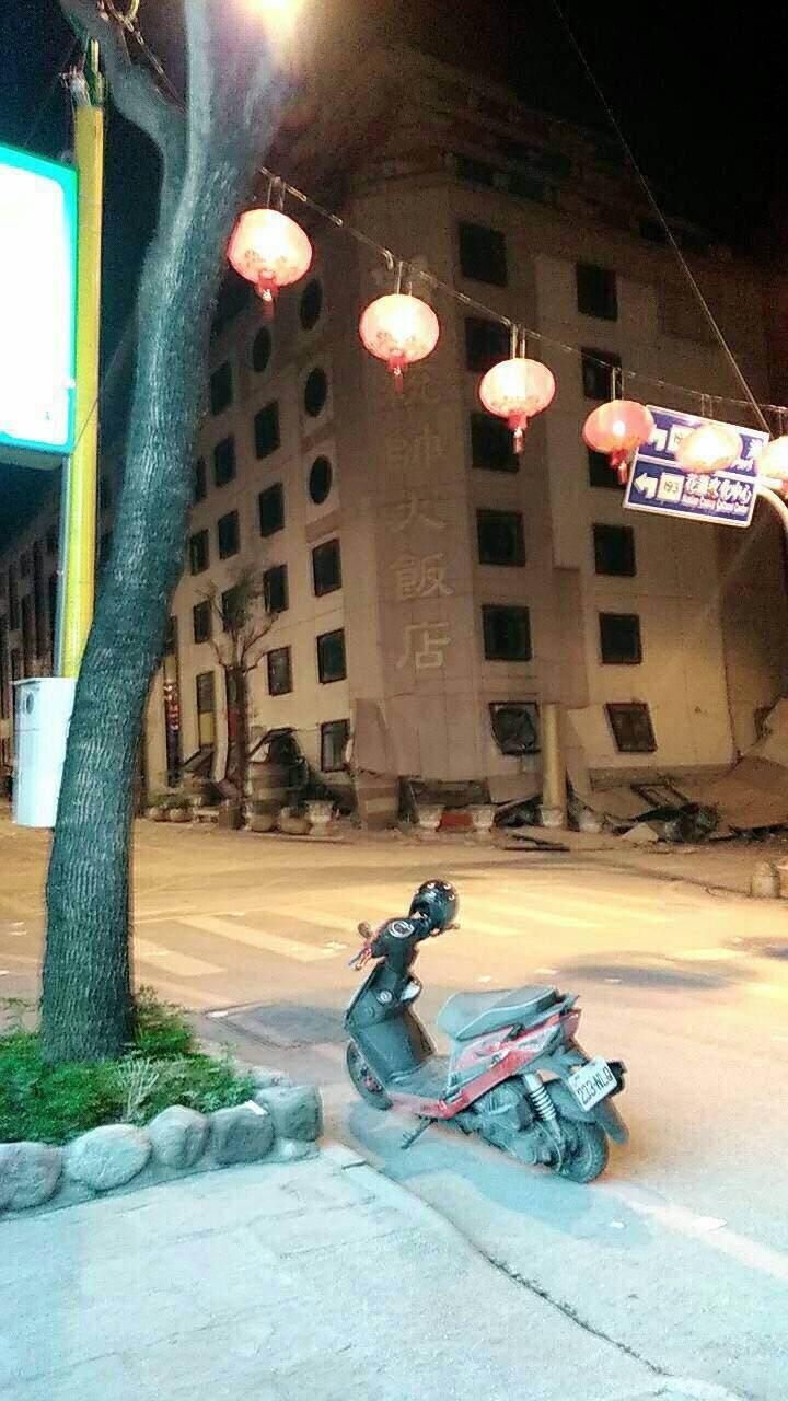快訊+倒塌影片/921畫面重現!花蓮市商校街阿官火鍋大樓倒塌,情況危急!網友:震到停不下來啊!
