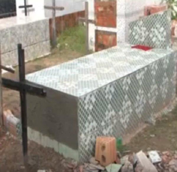 女子心臟病逝後被埋葬,但居民一直聽到「恐怖尖叫聲」!11天後挖出棺材發現她「又死了一次」
