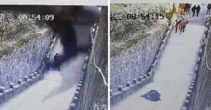 男子爬坡覺得累「靠懸空欄杆滑手機休息」,下一秒「從800公尺高處墜落」撞地爆血慘死!(影片)