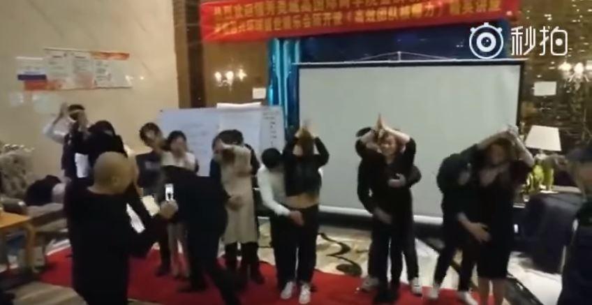 中國超鹹濕講座!男學員一字排開貼女OL身後「大掌高速揉奶狂刷鮑」,講師:可以提升業務能力 (影片)
