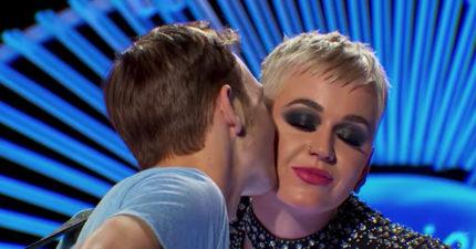凱蒂佩芮「欺騙19歲少年」上台奪走他的第一次。他:很不舒服