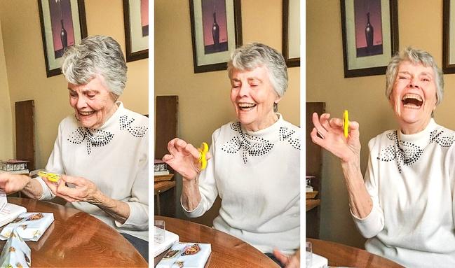 24張能夠傳染歡樂「讓壓力值直接歸0」的溫馨照片,85歲阿嬤第一次玩「手指陀螺」萌度爆表!