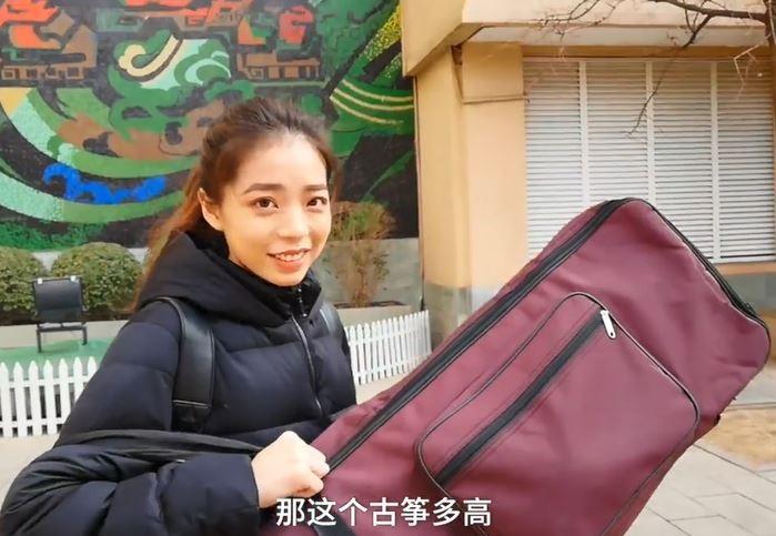 中國藝術院校驚現「18歲仙氣甜美正妹」一個人扛170cm古箏,她自豪:我來自台灣!(影片)