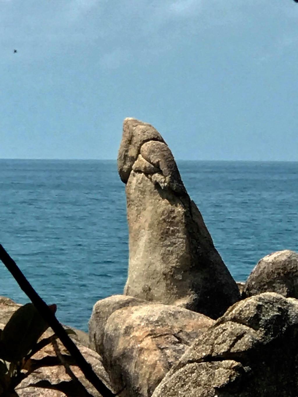 金髮辣妹脫光「掀鮑爽貼3米巨棒石」上下磨蹭,當地居民怒:別玷汙我們的聖石!