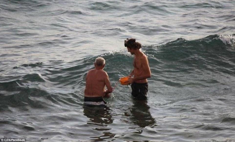 比基尼辣媽海中戲水一半 突然一蹲「蹦出驚喜」!臍帶胎盤裝盆上岸