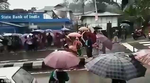 台灣罪犯太好過?印度2名強.暴犯遭「脫光全.裸遊街」,憤怒群眾「一路狂鞭抽打」交棒給警察!(影片)