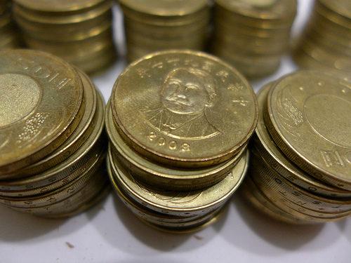 清潔工掃廁所「撿到411枚50元硬幣」好心送警局 6個月後竟慘被逮捕!警方:一切依法處理