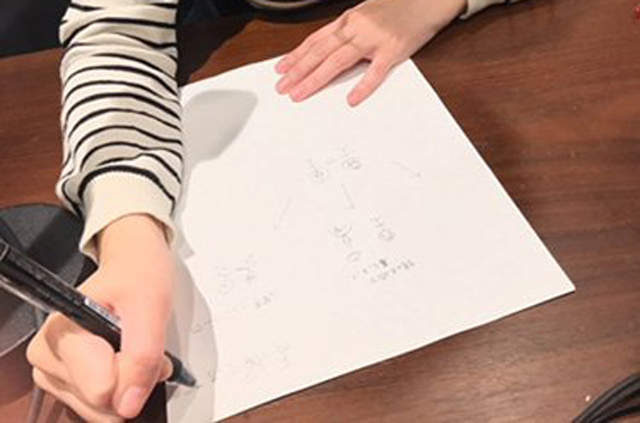 「一張正妹聲優畫畫照」引起日本全網暴動!「姿勢亮點」震驚鄉民:竟然放在桌上!