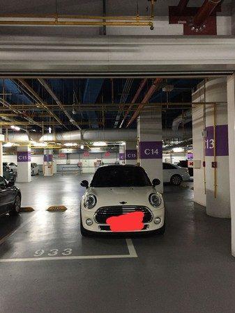 三寶技術爛?白色Mini車身「一半停格子內一半停線外」她PO照笑虧,網反讚爆:專業老司機!