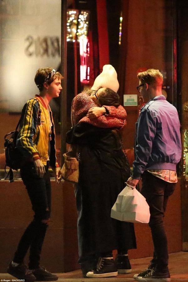 超模卡拉終於公開放閃啦!❤街頭擁吻「麥克傑克森女兒」粉絲驚呆:也太帥氣了吧!