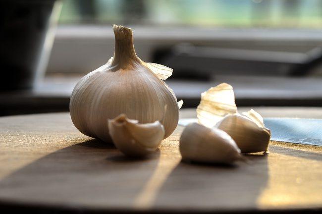 8個可以「快速紓緩牙痛」的居家療法,大蒜和洋蔥都是天然的殺菌劑!