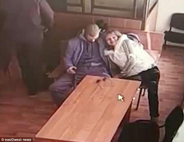 女子在法庭等待裁決時「色心大起」,偷偷「上下吸吮男友巨龍」...抬頭滿足燦笑 (影片)