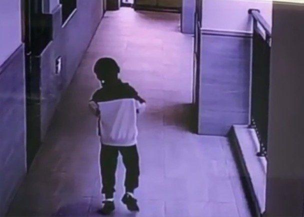 被同學踢中GG!6歲童住校痛到「只能180度外八走路」,3天後「蛋蛋壞死慘切除」父母崩潰:兒子被學校毀了
