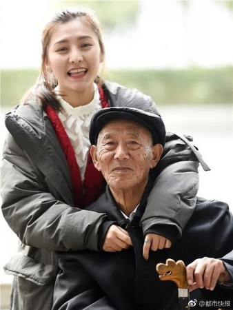 刺青辣妹牽87歲男伴拍婚紗,甜蜜氛圍讓網友超感動送祝福...她一句「這是我失憶的爺爺」秒淚崩!
