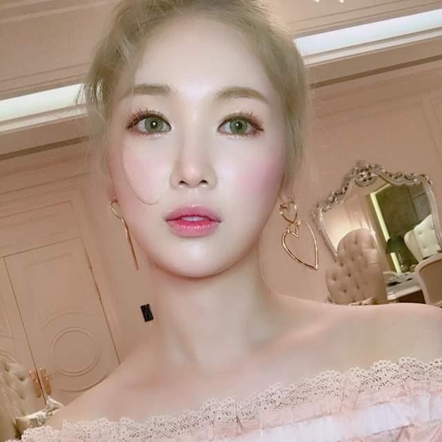 落差超大!正妹把「日韓妝容」同時畫在臉上,「4個明顯差異」能看出你是櫻花妹還是韓妞!(影片)