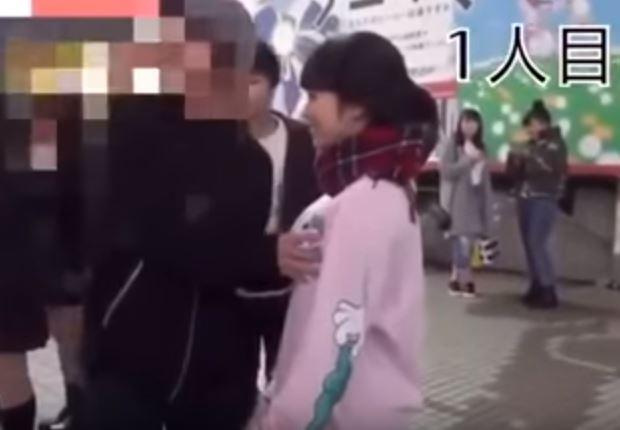 16歲正妹高中生舉牌「請揉我的ㄋㄟㄋㄟ」,男路人排隊「瘋狂亂掐巨球」她下場GG了...(影片)