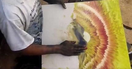 不用畫筆!藝術家用「一雙手」畫畫 成品美到路人都嚇到了!