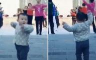 3歲童跟著阿嬤跳排舞超Q 「專家級律動感」太魔性!