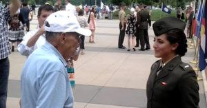 二戰退役老爺爺請求「准許我擁抱孫女」 女軍官敬禮後...忍不住切洋蔥了