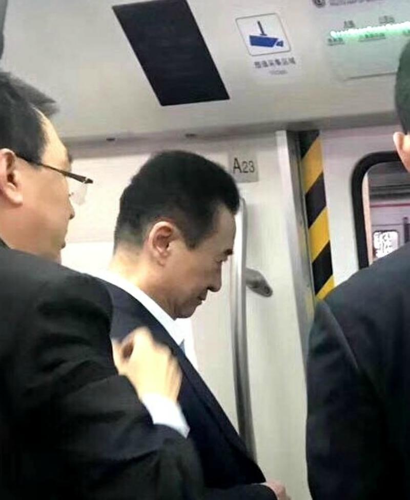 「中國首富」萬達集團王建林被人捕捉到「搭地鐵」沒人接送,網友:這麼聰明難怪最有錢!