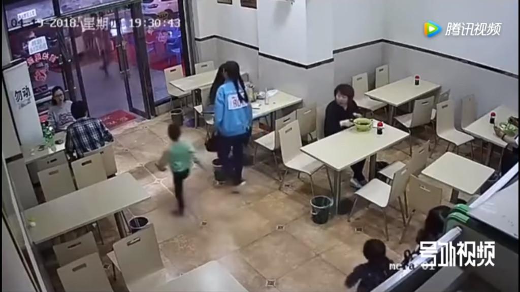 4歲童在餐廳狂奔心臟病發 竟是孕婦伸腳絆倒逼摔死!