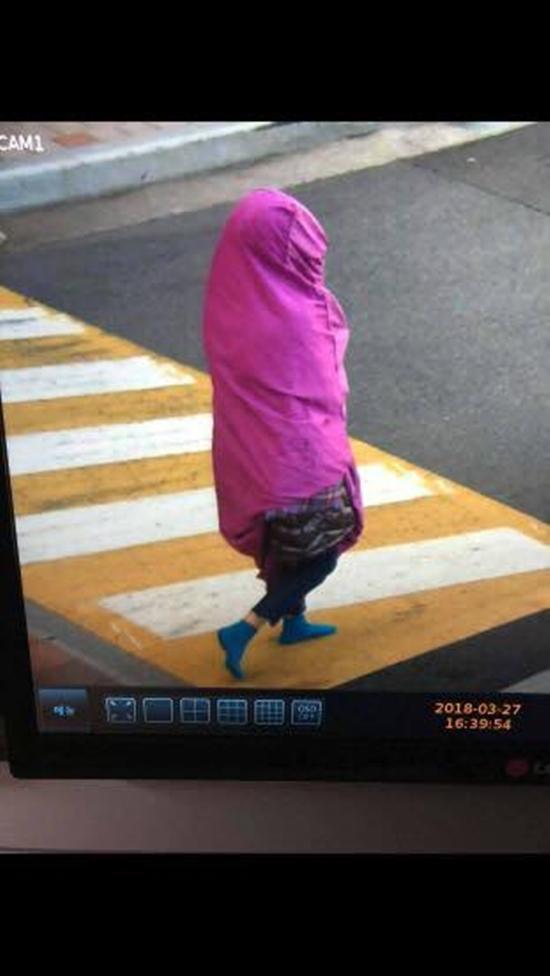 神秘正妹披「超鮮艷紫色棉被」遊蕩街頭,只被部分監視器拍到「突然憑空消失」