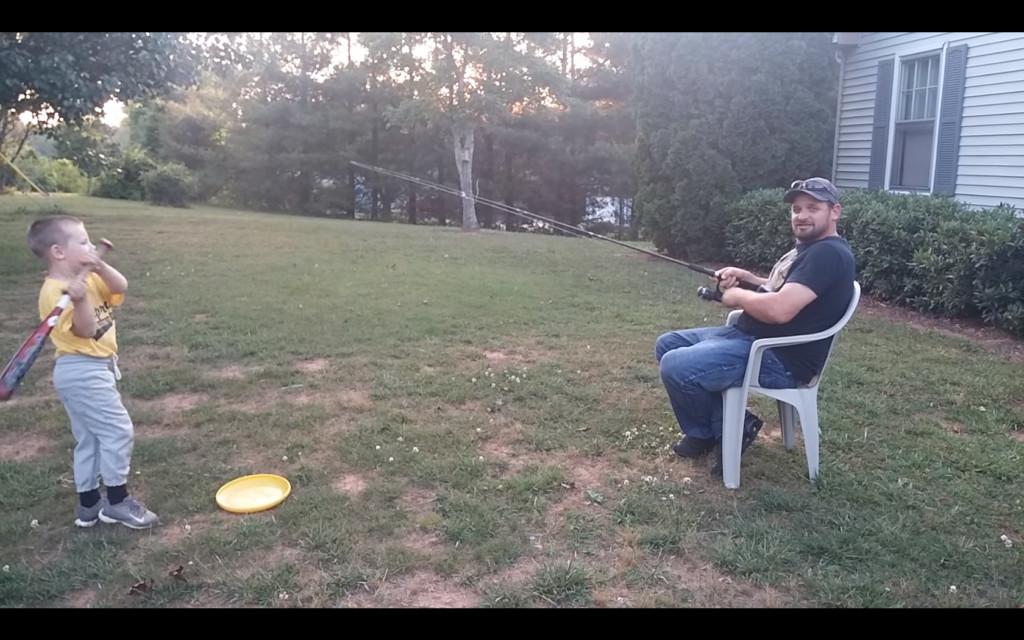 老爸陪玩花招多!爽用「一支釣竿」坐著耗光兒子體力