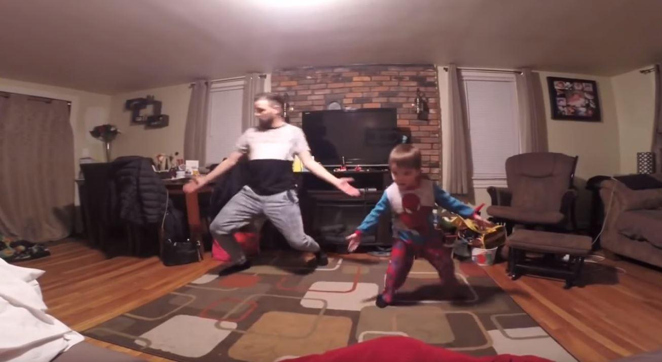 趁老婆不在跟兒子尬舞!音樂一出現「男童帥氣Solo」直接舞神上身!