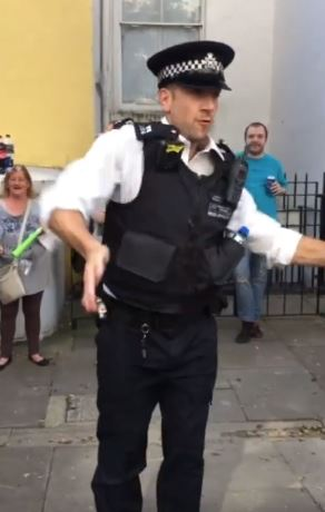 值勤警察一聽到音樂 身體「不小心失控」全場民眾嗨翻!