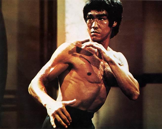 肌肉練一輩子也沒用!科學家證實:李小龍的威力「來自大腦」