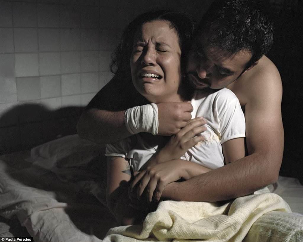 8歲女童喊:媽媽我被....!戀.童變態被家長綁樹上抽打私刑,血直接流到變乾屍!