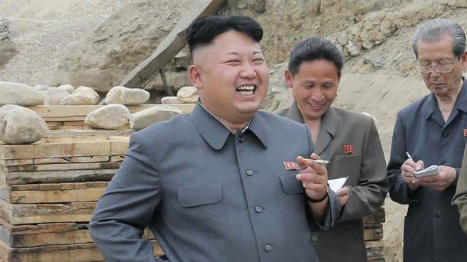 南韓特使當桌「勸金正恩戒菸」全場嚇到臉僵,只有她敢直接開口接話...但金正恩臉上詭譎笑容不對勁了!