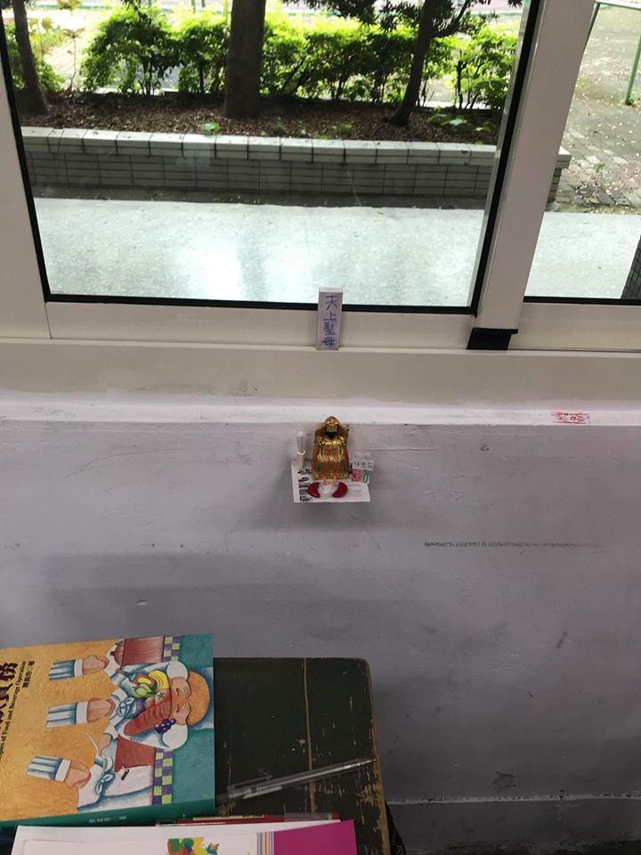 高中生教室內巧手打造「黑媽祖神壇」,近看「超精緻還原宮廟細節」網驚:快撤掉!