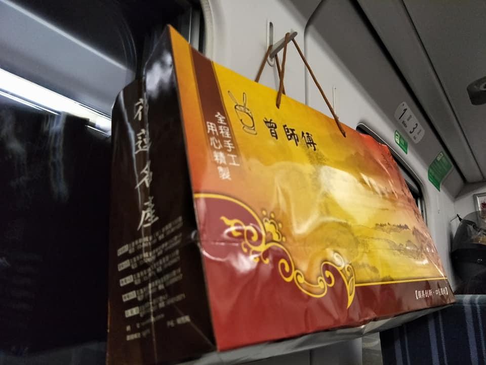花蓮開心買「知名伴手禮」一上火車就崩潰,驚覺「提袋不一樣」在地人一面倒:妳賺到!
