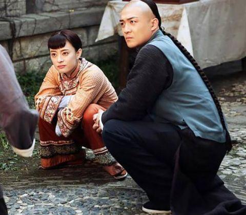 對老外來說「亞洲蹲」是不可能的任務?Youtuber法國街頭實測「不到一秒就GG了」(影片)