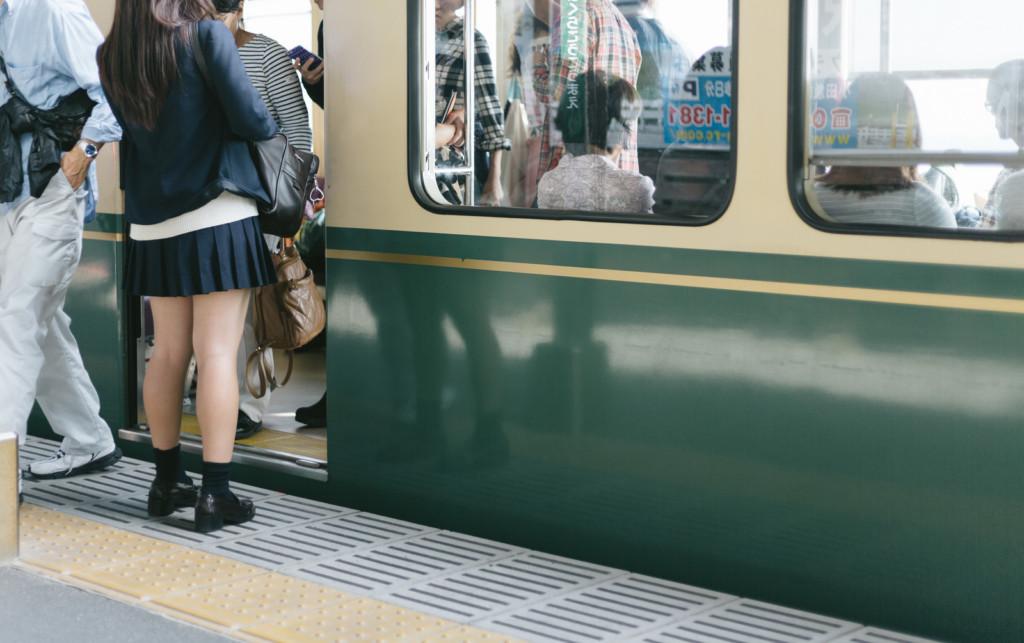 #MeToo運動「讓日本癡漢再進化」,不用手摸一樣讓妳不舒服「大口吸少女氣」警察抓不到!