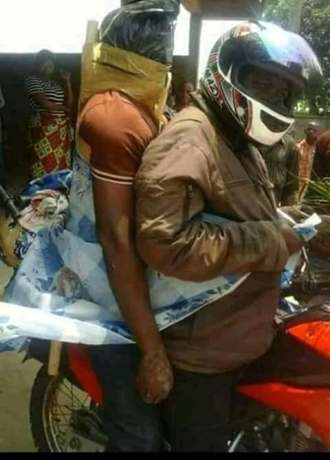 後座大哥抱很緊!非洲地區「機車快遞送屍體」超盛行,趕在腐爛之前送進太平間「肉腸型綑綁」引居民圍觀