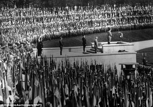 看到就死路一條!希特勒70年前舊形象照「太不Man」下令禁看,「坐椅子露出照」太尷尬